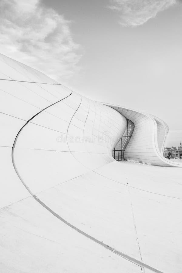 Предпосылка белой архитектуры круговая Современный строя дизайн Абстрактные изогнутые формы стоковая фотография rf