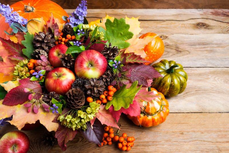 Предпосылка благодарения деревенская с зрелыми яблоками стоковое фото