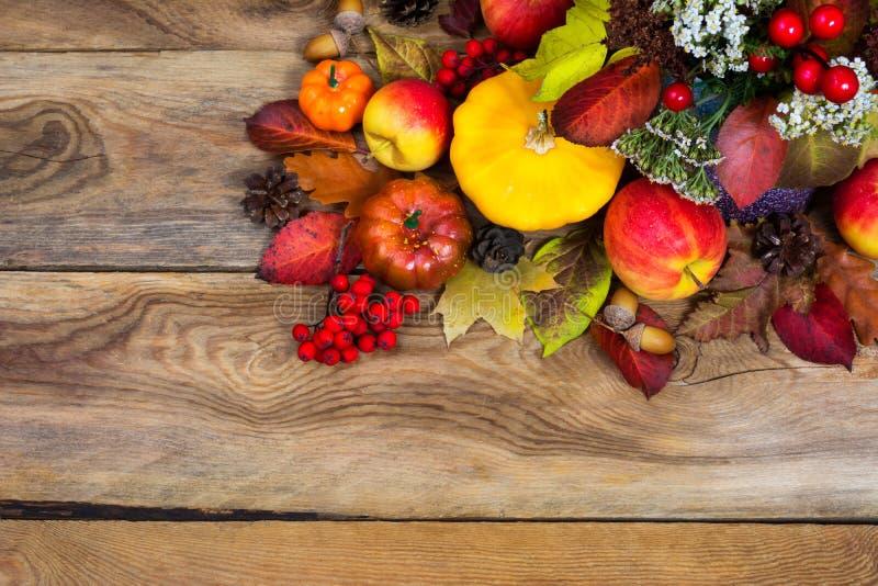 Предпосылка благодарения с желтым сквошом, тыквой, яблоками, полисменом стоковые изображения