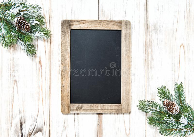 Предпосылка ветвей рождественской елки доски деревянная стоковые изображения