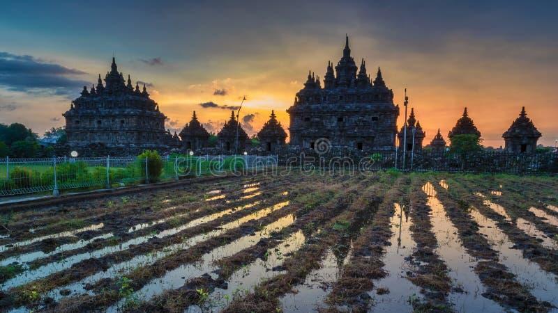 Предпосылка виска красивого захода солнца Javanese стоковые изображения