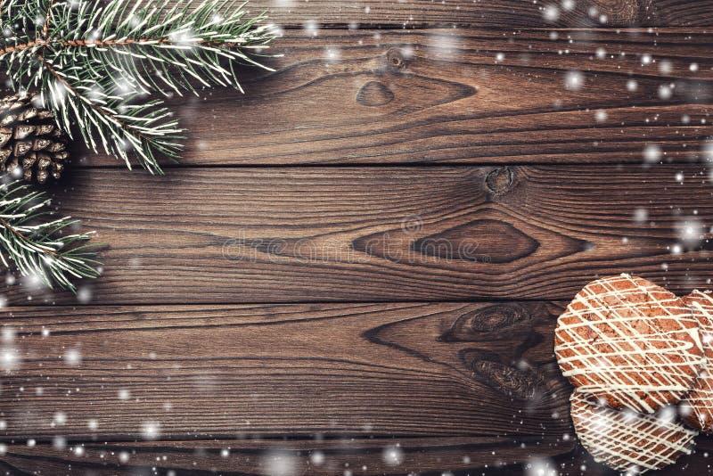 предпосылка всходя на борт древесины коричневой части крытой Конус ели декоративный Космос сообщения на Санта, рождество и Новый  стоковые фото