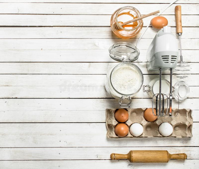 Предпосылка выпечки Подготовка теста для очень вкусных печений стоковая фотография rf