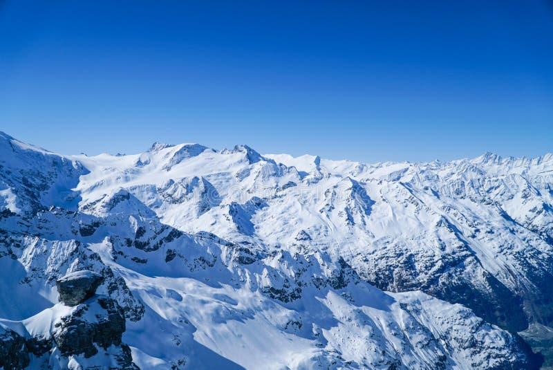 Предпосылка голубого неба гор снега стоковое фото rf