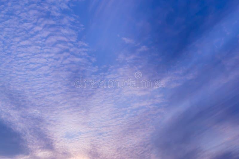 предпосылка голубого неба с крошечными облаками стоковые фотографии rf