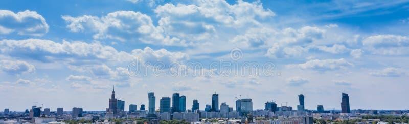 Предпосылка горизонта города Вид с воздуха столицы Варшавы Польши Сверху, вид на город Панорама городского пейзажа Варшавы r стоковые изображения rf