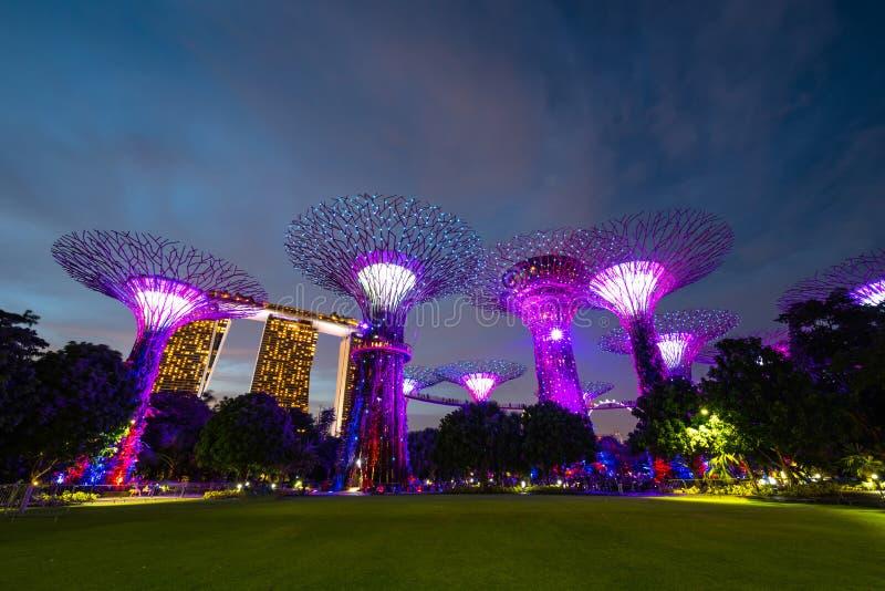 предпосылка горизонта города Сингапура на заходе солнца и взгляде небоскребов на заливе Марины, виде с воздуха, заливе дела Синга стоковая фотография rf