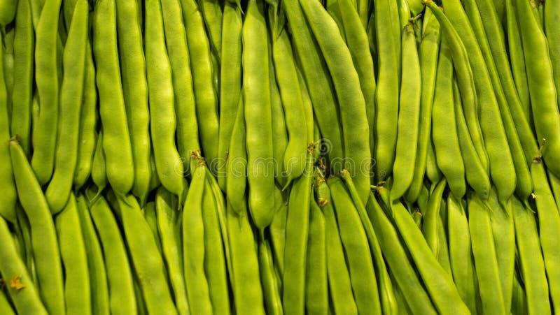 Предпосылка горохов строк рынка свежая зеленая органическая еда здоровая стоковое фото rf