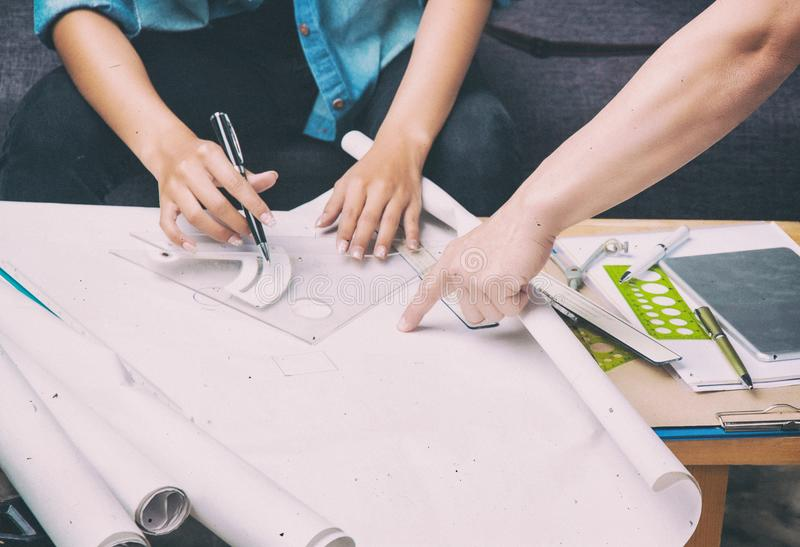 Предпосылка дизайна абстрактного искусства архитектора работая на проекте стоковое изображение