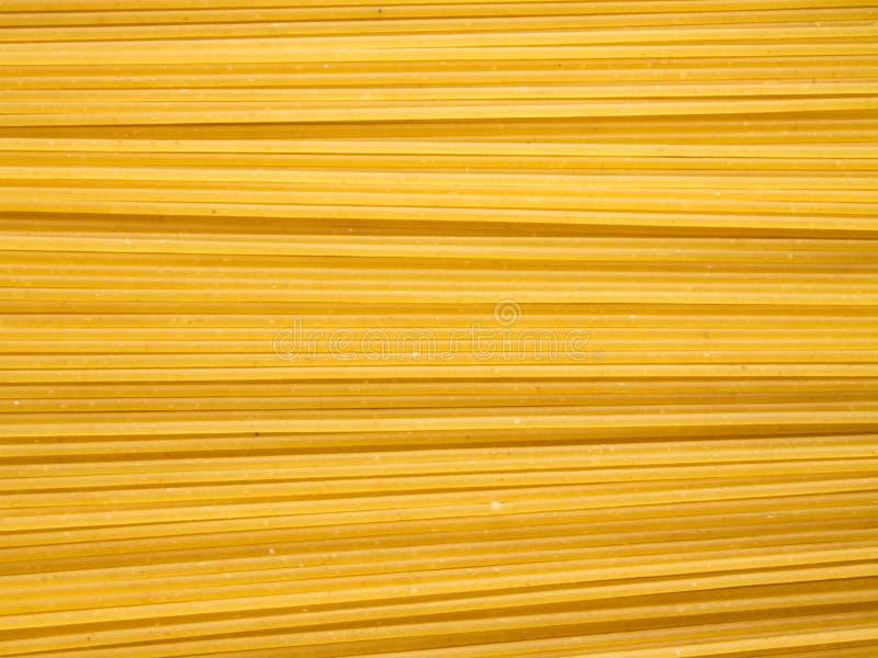Предпосылка длинных сырцовых желтых макаронных изделий спагетти в плоскости горизонтальное  стоковые фотографии rf