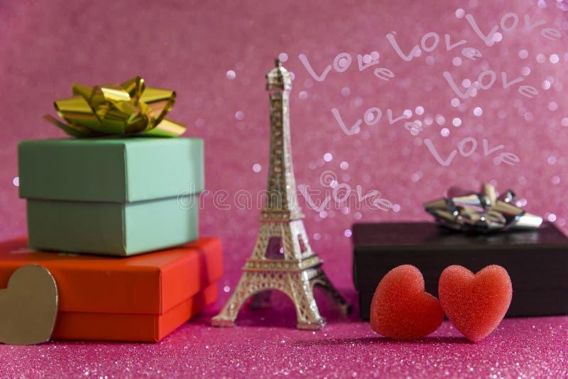 Предпосылка дня Валентайн романтичная с красивым букетом роз на деревянном столе стоковое изображение