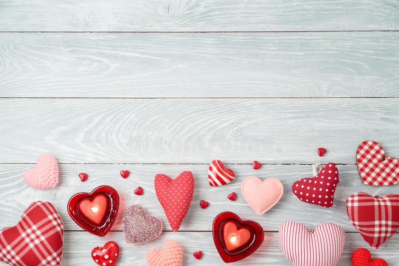 Предпосылка дня Валентайн с формами и свечами сердца стоковое фото