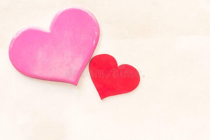 Предпосылка дня валентинок с декоративным розовым деревянным сердцем на c стоковое изображение
