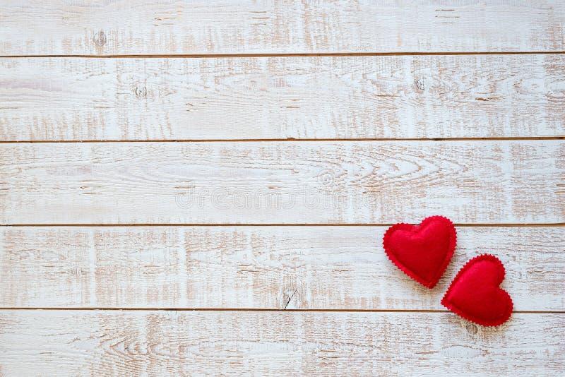 Предпосылка дня валентинок с сердцами над белым деревянным столом стоковое изображение