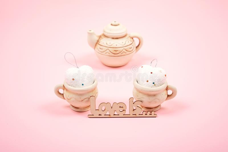 Предпосылка дня Святого Валентина пастельная минимальная 2 чашки глины с сердцами и бак чая на розовой предпосылке Свадьба, элега стоковое фото rf