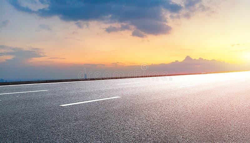 Предпосылка дороги и неба стоковая фотография rf