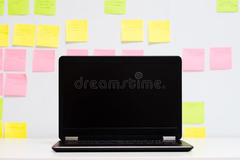 Предпосылка доски расписания ноутбука планирования дня стоковые фото