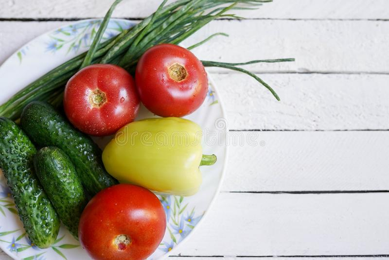 Предпосылка еды белая деревянная, органические овощи Здоровая еда или концепция диеты, космос экземпляра стоковые фотографии rf