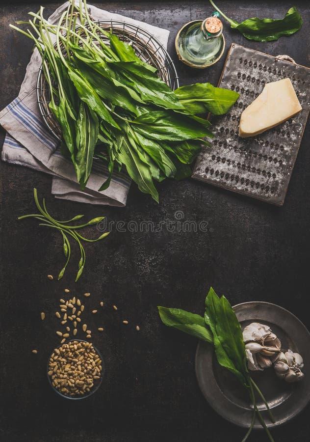 Предпосылка еды с ramson, диким чесноком, выходит пук на темный деревенский кухонный стол с ингредиентами, взгляд сверху Здоровый стоковое фото rf