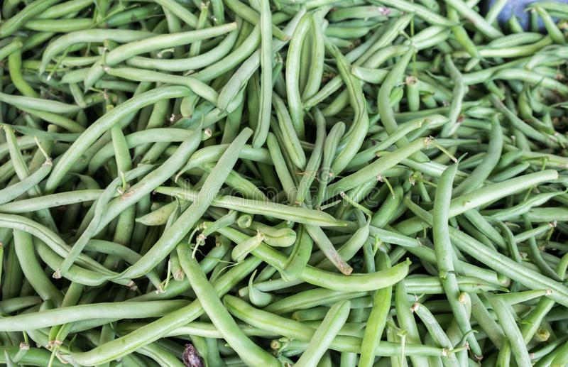 Предпосылка зеленых фасолей продала на рынке города стоковое фото rf