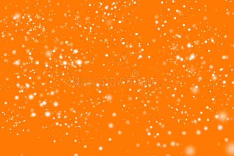 Предпосылка золотого абстрактного яркого блеска оранжевая с моргать белыми скачками пятнами Запачканное Bokeh Текстура очарования стоковые изображения