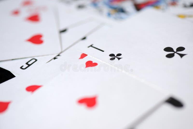 Предпосылка играя карточек разбросала на таблицу стоковые фотографии rf