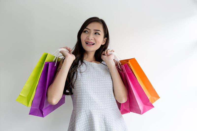предпосылка изолированная над женщиной покупкы сь белой азиатская красивейшая девушка Молодой покупатель красивейшая женщина стоковое фото rf