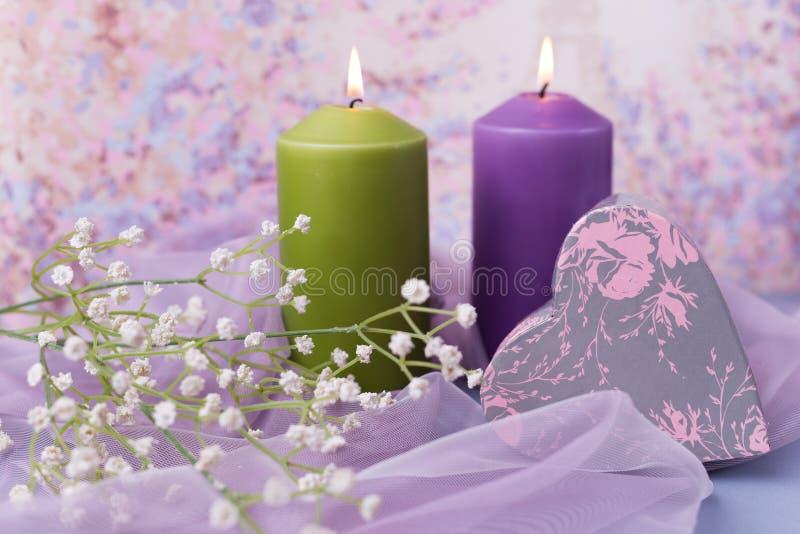 Предпосылка или свадьба валентинки Свечи, цветки, подарок в форме сердца в фиолетовых тонах Селективный фокус стоковая фотография