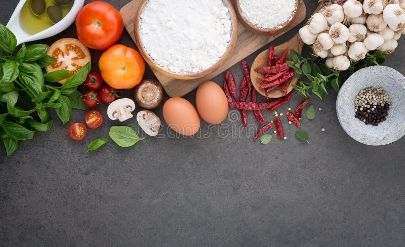 Предпосылка итальянской кухни, с томатами, базилик, грибы, оливки стоковая фотография rf