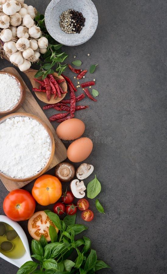 Предпосылка итальянской кухни, с томатами, базилик, грибы, оливки стоковые фотографии rf