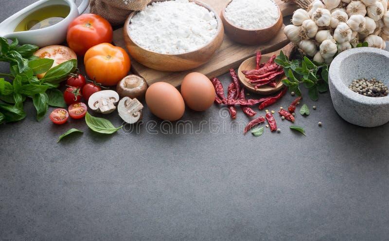 Предпосылка итальянской кухни, с томатами, базилик, грибы, оливки стоковое изображение rf