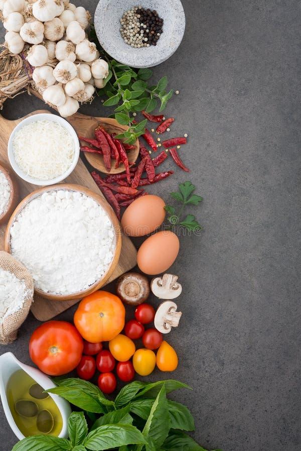 Предпосылка итальянской кухни, с томатами, базилик, грибы, оливки стоковое изображение