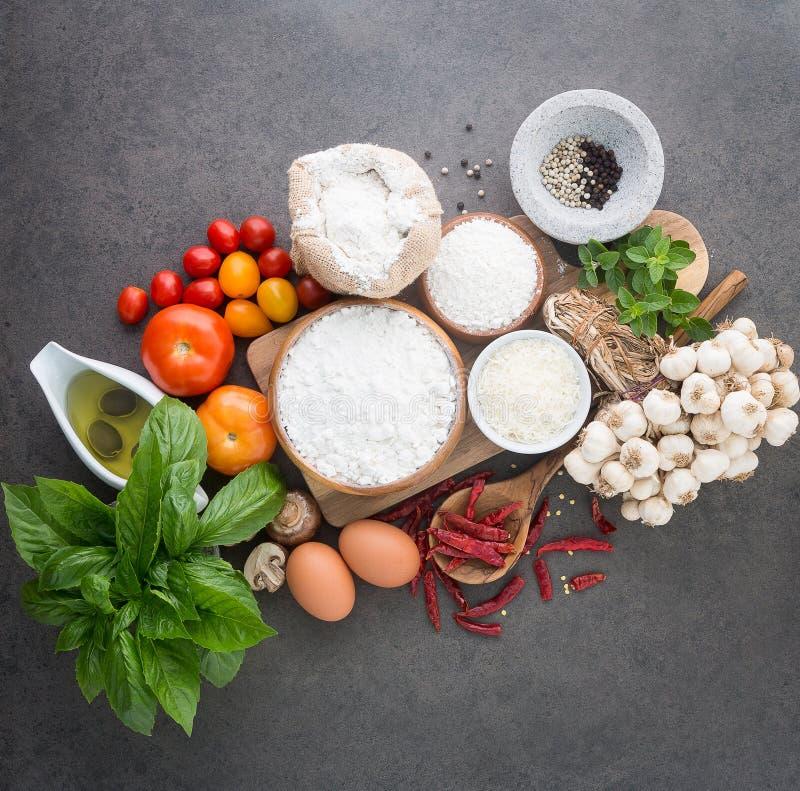 Предпосылка итальянской кухни, с томатами, базилик, грибы, оливки стоковая фотография
