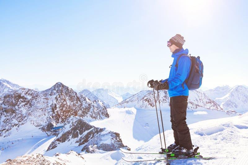 Предпосылка катания на лыжах, лыжник в красивом ландшафте горы, зимних отдыхах стоковые изображения