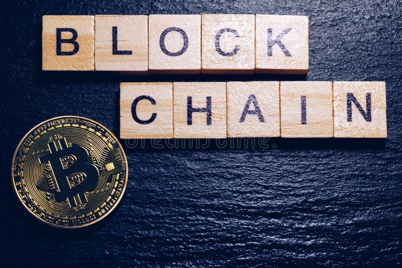 Предпосылка концепции валюты денег Bitcoins виртуальная Золотая технология blockchain монетки bitcoin для секретной валюты Деньги стоковые фото