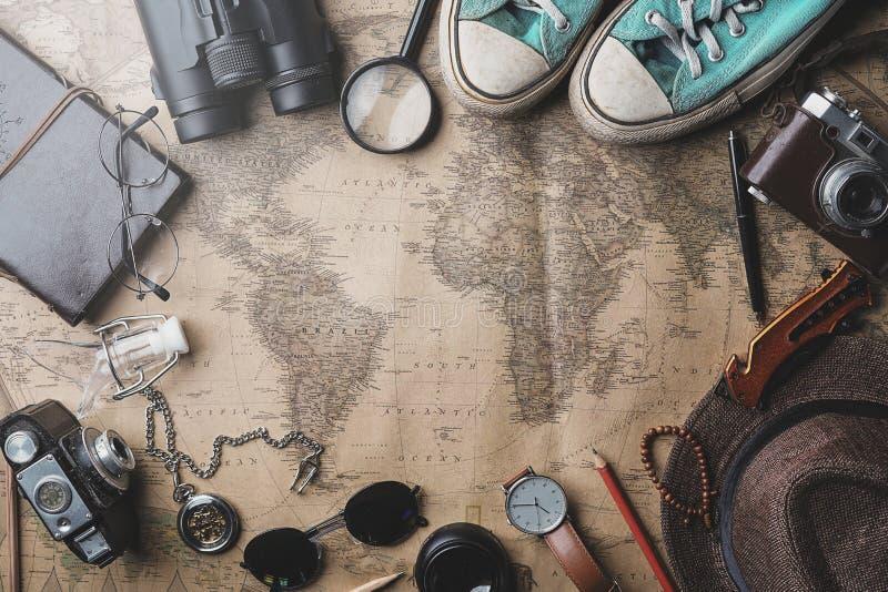 Предпосылка концепции перемещения Надземный взгляд аксессуаров путешественника на старой винтажной карте стоковые фото