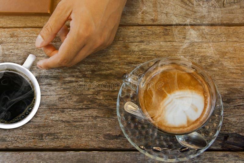 Предпосылка кофе, взгляд сверху с космосом экземпляра предпосылка, чашка кофе и доброе утро дыма, горячий кофе и ложка, выборочны стоковое фото