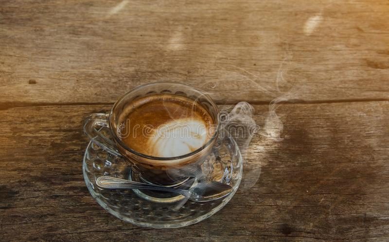 Предпосылка кофе, взгляд сверху с космосом экземпляра предпосылка, чашка кофе и доброе утро дыма, горячий кофе и ложка, выборочны стоковые фотографии rf