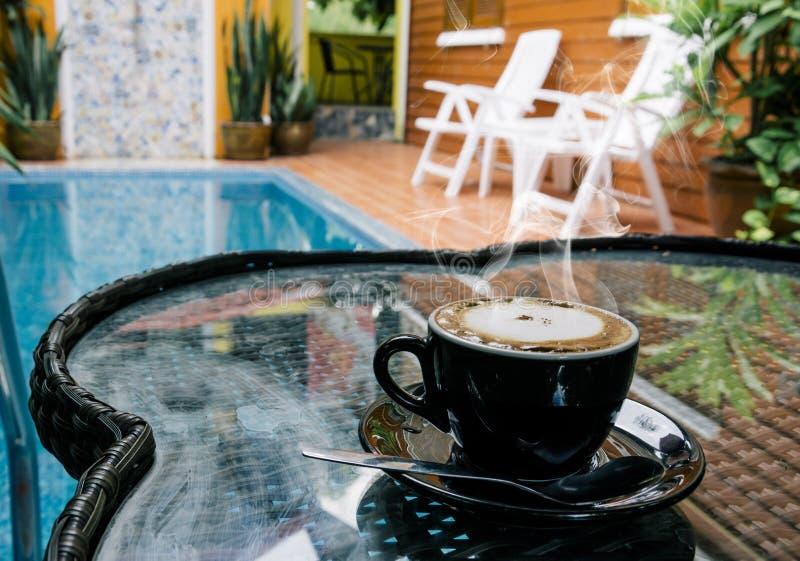 Предпосылка кофе, взгляд сверху с космосом экземпляра предпосылка, чашка кофе и доброе утро дыма, горячий кофе и ложка, выборочны стоковая фотография