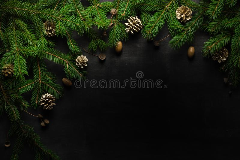 Предпосылка Кристмас и Новый Год Ветвь рождественской елки на черной предпосылке Конусы и игрушки мех-дерева над взглядом стоковые изображения rf