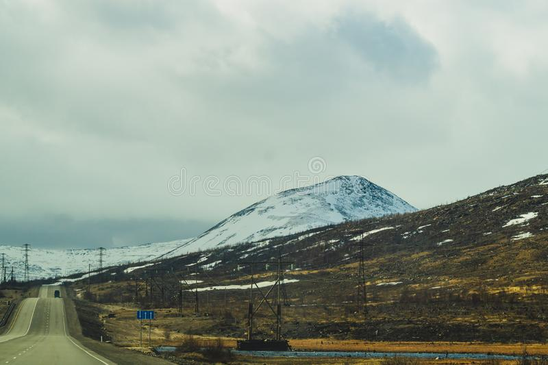 Предпосылка ландшафта горы снежные холмы и лес стоковое фото