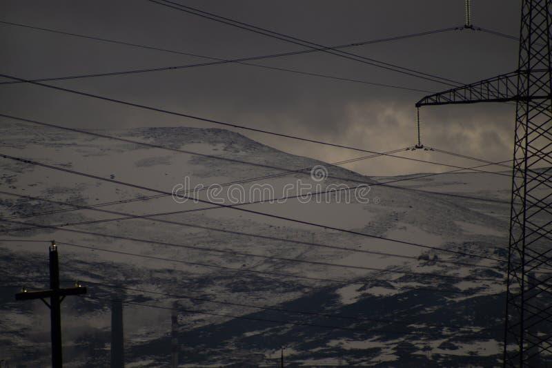 Предпосылка ландшафта горы снежные холмы и линии электропередач леса в горах стоковое фото rf