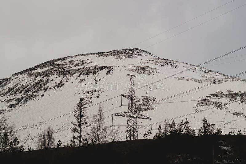 Предпосылка ландшафта горы снежные холмы и линии электропередач леса в горах стоковые фото
