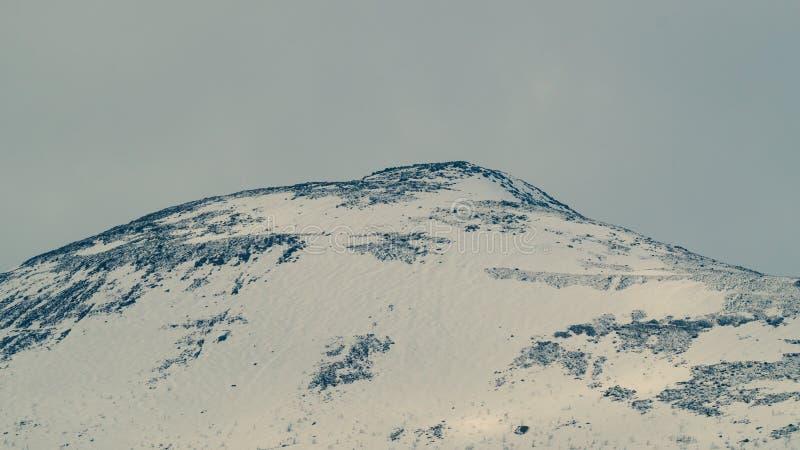 Предпосылка ландшафта горы снежные холмы стоковое изображение rf