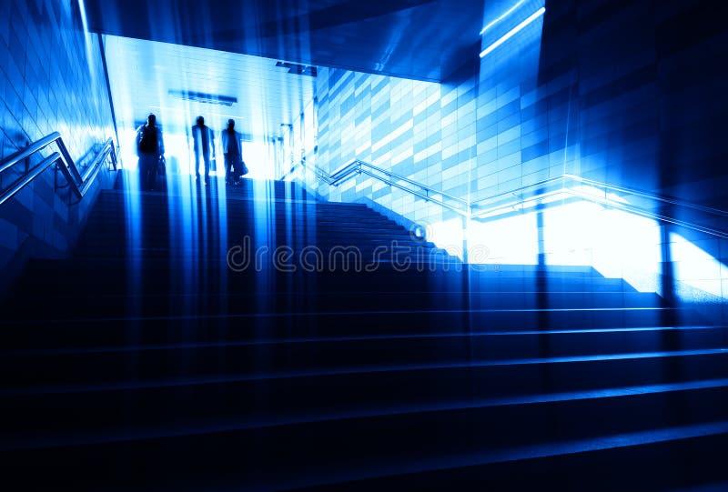 Предпосылка лестниц города группы людей идя стоковая фотография rf