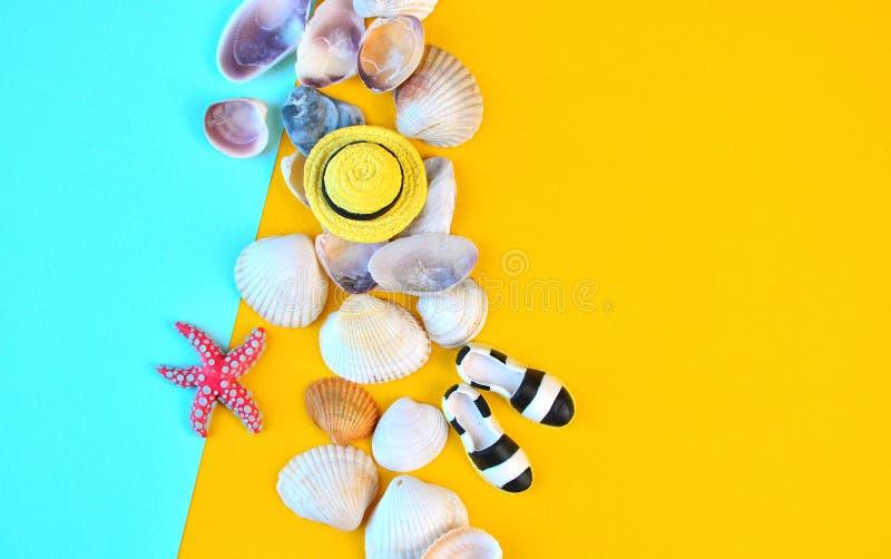 Предпосылка лета Плоские положенные аксессуары пляжа путешественника на желтой предпосылке с seashells, миниатюрной шляпой и mocc стоковое изображение rf