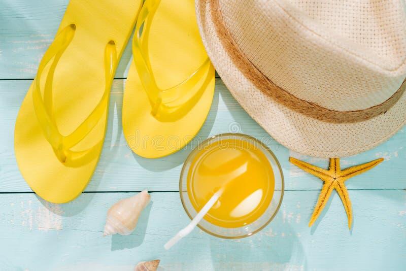 Предпосылка лета Пристаньте темповые сальто к берегу сальто аксессуаров, солнечные очки, шляпу стоковые изображения rf