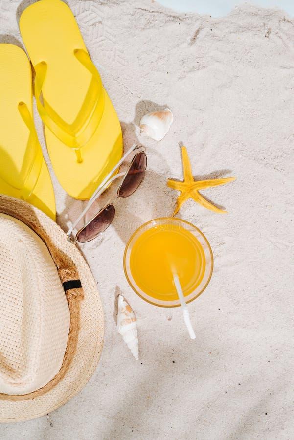 Предпосылка лета Пристаньте темповые сальто к берегу сальто аксессуаров, солнечные очки, шляпу стоковые изображения