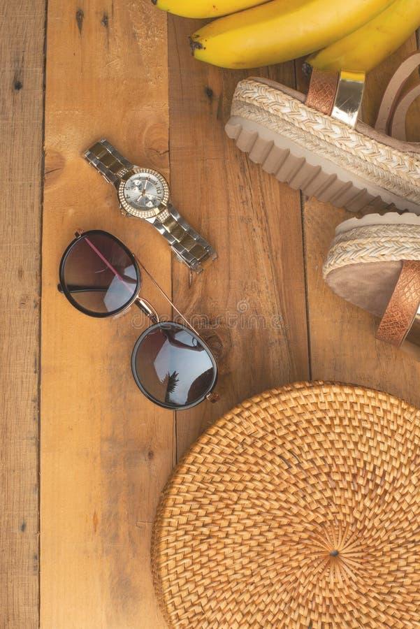 Предпосылка лета с плетеной модной сумкой, и ботинки лета женщин, бананы и стекла солнца, дозоры Мода лета, стоковое изображение