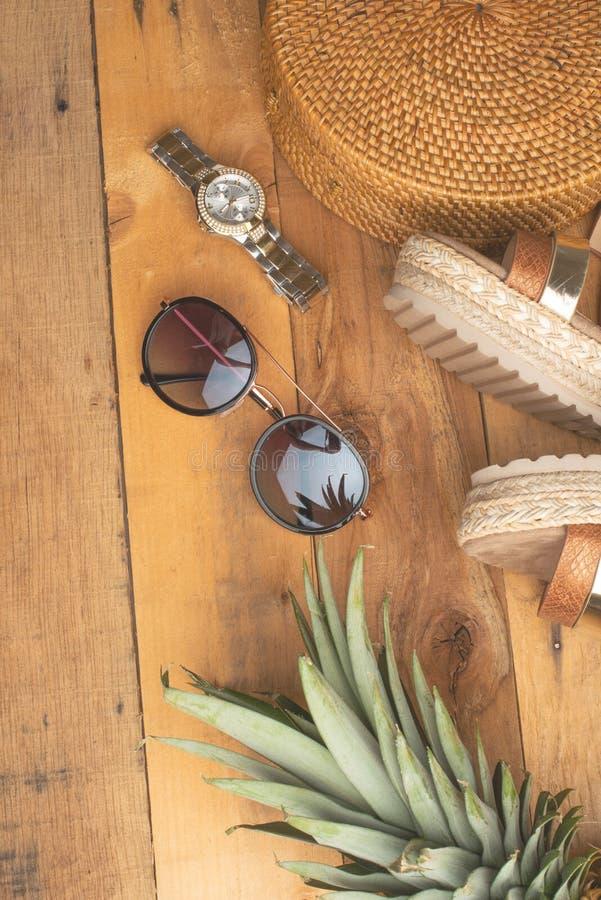 Предпосылка лета с плетеной модной сумкой, и ботинки лета женщин, тропический ананас и стекла солнца Мода лета, th стоковая фотография